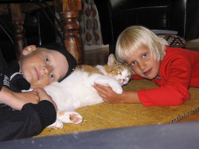 Jakob-med-katten-Fiffi-och-lillasyster-Johanna